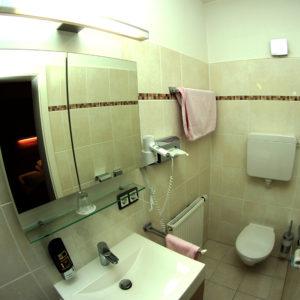 Ein einfaches Badezimmer mit Dusche.
